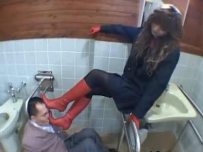 トイレで完全着衣にロングブーツでドM男のおっさんを踏みつける痴女お姉さんのフェチ動画