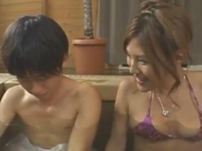 混浴温泉で一緒になった何も知らない少年を誘惑して痴女る巨乳お姉さん 綾乃梓(一戸のぞみ)