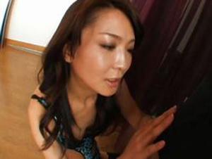 美人なスレンダー熟女がM男を4つんばいにしてのバックから手コキで暴発射精させる