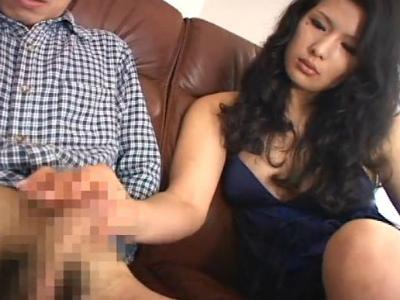 目元のホクロがセクシーなグラマラスな美熟女がM男を弄ぶ痴女動画