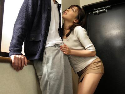 隣に住んでる人妻が訪問してきて胸チラで誘惑すると玄関先で逆レイプ 加納綾子