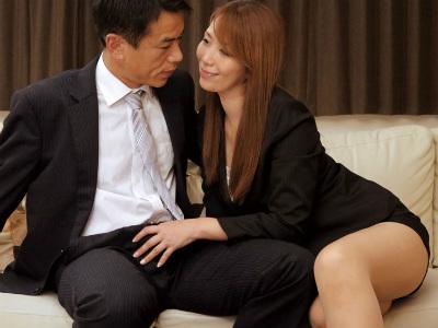 46歳総務課の熟女OLは若手男性社員へ逆セクハラしたり社長すら体を使い手玉に取る淫乱痴女 翔田千里