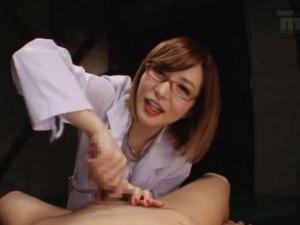 メガネの美人女医が神技とも言える亀頭責め手コキで男の潮吹き伝授 里美ゆりあ