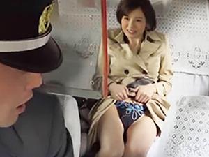 ムラムラと発情してしまった痴女は乗り込んだタクシーの後部座席から運転手を誘惑する 吉川あいみ