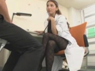 卑猥なパンスト美脚の痴女医がM男の患者を誘惑して痴女責め診療 友田彩也香