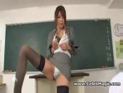 無修正痴女動画 生徒の若いチンポをエロ舌使いでアナコンダフェラする淫乱教師 星優乃