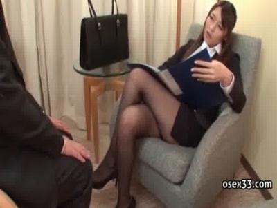 パンスト美脚の美人痴女OLがパンチラ誘惑をしながらM男を責める 桜井あゆ
