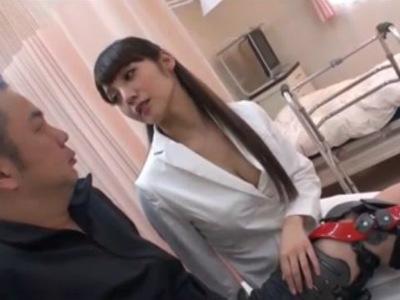 無修正痴女動画 患者をリハビリしながら誘惑して淫語を囁いて痴女る女医 みづなれい