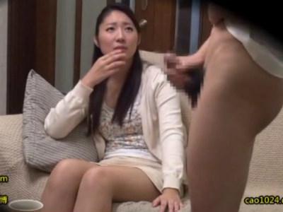 若い男が好きな人妻にセンズリ鑑賞させて旦那と一緒に3P寝取られセックスでイキまくる