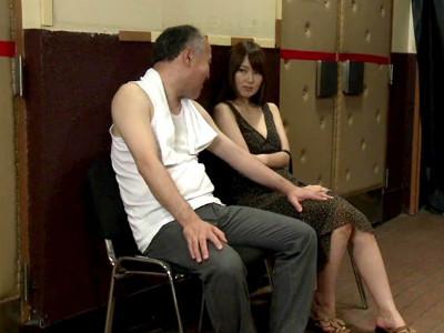 欲求不満の人妻はポルノ映画館に行き男を誘い痴女行為で欲求を満たす 波多野結衣 水城奈緒