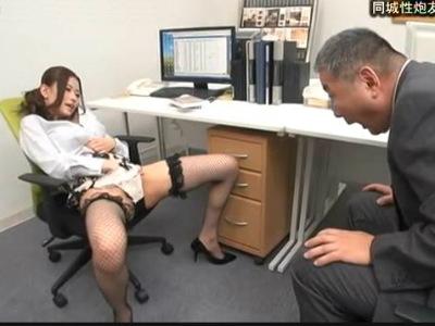 中年M男のダメ社員に大開脚淫乱オナニーを見せつける痴女OL 高嶋ゆいか