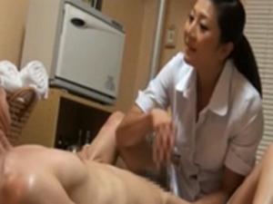 回春マッサージで働く人妻たちは男の勃起力を高めるため様々なテクニックを駆使!