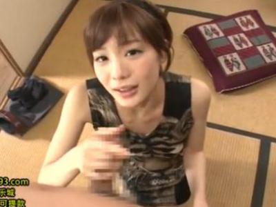 関西弁で淫語を囁く美人お姉さんが着衣のまま手コキで濃厚ザーメンを顔射 鈴村あいり