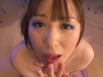 放課後の教室で生徒のザーメンを次々にフェラ抜きする精液中毒の淫乱痴女教師 吉澤レイカ