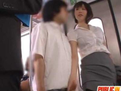 電車で体を触ってきた若い男の子を逆痴漢してムチムチパンスト太ももと手コキ尻コキで痴女るスケベ美人OLお姉さま 森ななこ