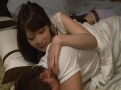 雑魚寝で寝てる時に彼氏と間違えて彼氏の友達に「おちんちんカチカチなっとうやん」と誘惑する美人な彼女 野村萌香