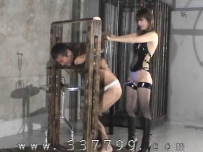 スタイル抜群の長身痴女な女王様がM男のおっさんを厳しく調教してしつける 麻生眞由美