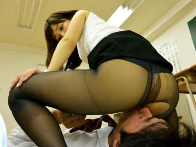「先生の大きなお尻が気になって授業に集中できません」と生徒に言われるほどいやらしい美尻をもつ美人な女教師 小島みなみ