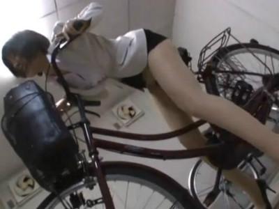 上司OLが媚薬を飲んだまま外回りに行き我慢できなくて自転車のサドルでオナニーを始めた 白川はな 知花メイサ 阿部乃みく