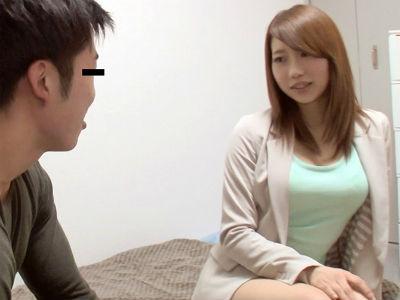 デリヘル嬢が童貞クンを相手に音を立てながら舐めて責めまくる乳首責めとフェラ 倉木志乃