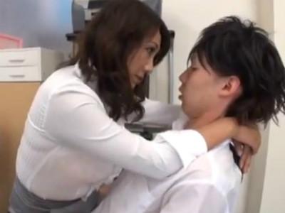 男子生徒の股間に我慢が出来なくて自らフェラをする巨乳の美熟女教師 近藤郁美