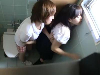 女子校生を女子トイレで痴女るレズ痴漢のエロテク!感じちゃうjkがエロい!