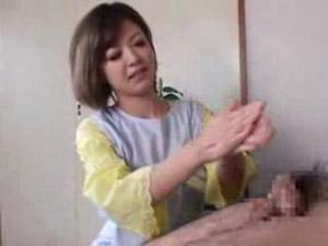 激カワなお姉さんが出張してくれるチンポ洗いサービスは亀頭を擦ってフェラで口内射精までしてくれる