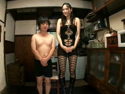 身長182cm高身長な美人痴女とチビ男がする濃厚なエロセックス 内田真由