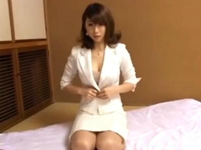 美人で巨乳の人妻セールスが客を誘惑して痴女る枕営業で成績を上げる 篠田あゆみ