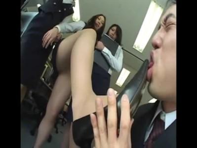 会社のOLたちにイジメられパンプスを舐めさせられながらも喜んでしまうM男上司