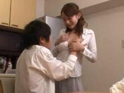 ママ友の童貞息子を誘惑して若いチ○ポをたっぷりと可愛がる美人痴女 音羽レオン