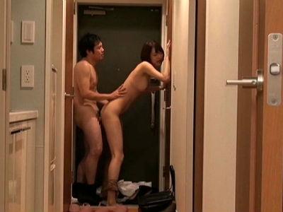 東京在住のOLが会社の後輩を一人暮らしの部屋に連れ込んで玄関先でハメるのを録画する変態趣味 司ミコト
