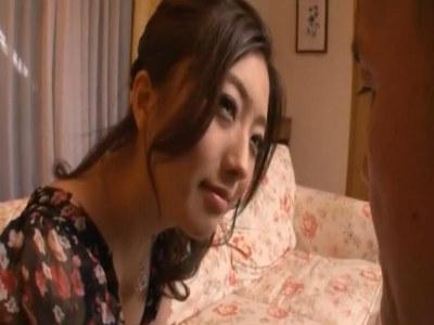 夫の長期出張を機に義父にわざとパンツを見せたりエロ目線で誘惑する美人な人妻 羽田あい