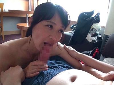 五十路の美熟女が息子よりも年下の童貞クンを包容力のある筆おろし 安野由美