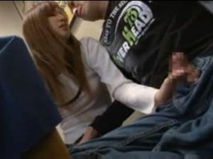 友達の旦那を寝とる痴女!「大きくなってるね」そう言いながらテーブルの下で手コキをする