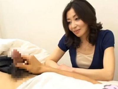 色気のある美熟女セレブ人妻が若い男のビンビンのチンポをセンズリ鑑賞するCFNM動画