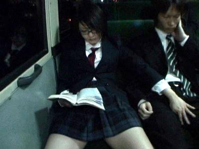 女子校を通る通学バスで逆痴漢をされると噂を検証したら連続射精させられた 川上さくら 青木瀬奈