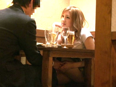 ミニスカニーハイの痴女ギャルは居酒屋で飲んでると机の下でチ○ポをいじり始める 秋月玲奈