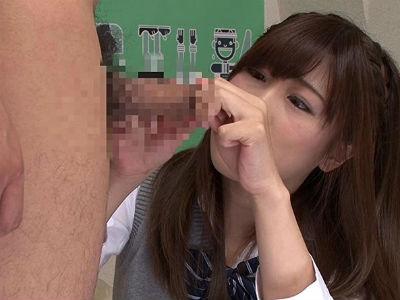僕の包茎だけど巨根に興味津々のクラスの女子!勃起するとムケチンになってそれに興奮する女子校生