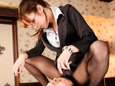 淫語暴言罵倒を浴びせM男の社長を手玉に取る美人痴女秘書が男の潮吹きまでさせて搾り取る Shelly
