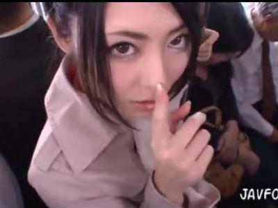 満員電車でロングコートの下は変態下着の美人痴女に逆痴漢される主観エロ動画 桜井あゆ