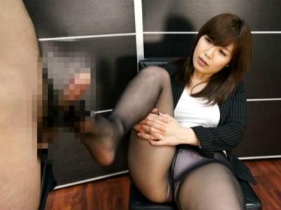 肉感的な体がいやらしい上司OLがパンスト着衣のままM男社員を痴女る 美泉咲