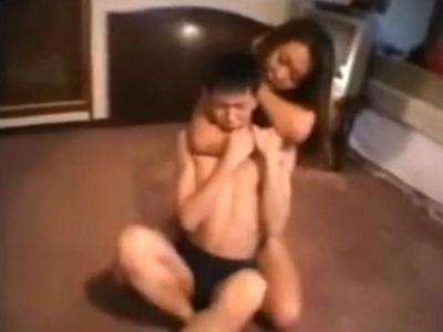 どS痴女が太ももでM男の首を絞めたり足の匂いを嗅がせたりしてイジメるフェチ動画