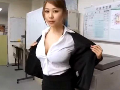 二人きりのオフィスで爆乳痴女OLがパツパツのスーツを脱いでエロ過ぎる身体で挑発してくる
