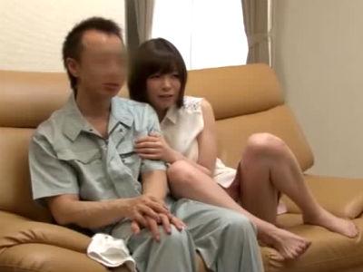 訪問してきた水道管修理業者と一緒にAVを見て甘えるように誘惑する淫乱人妻 水城奈緒