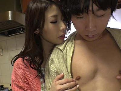 隣りに住んでる皮が剥けたばかりの童貞少年を誘惑して痴女る巨乳人妻 篠田あゆみ