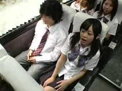 社会見学に行くバスの中でクラスに1人の男子を周りにバレないようにテコキする女子校生 里仲ゆい 一ノ瀬カレン 大沢ミズナ 風見ララ 平山ユリカ