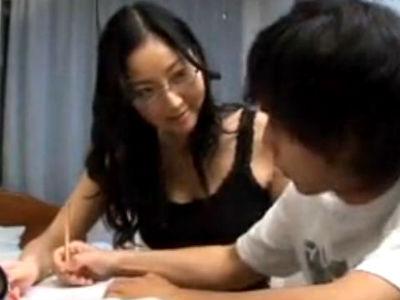母親が息子の家庭教師をしながらおっぱいを押し付けたりミニスカで誘惑したセンズリ鑑賞する 立花瞳 伊藤まり