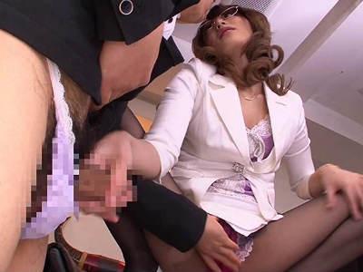 「何やってんの?センズリこきなさいよ」女物のパンティを履いたM男社員と相互オナニーをする痴女社長 桜井あゆ