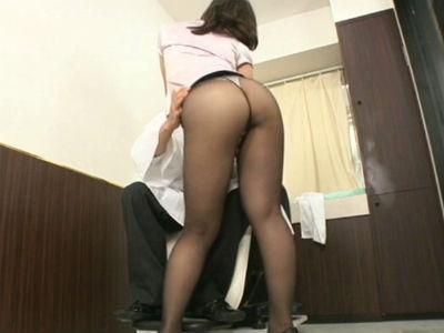 無修正痴女動画 ムチムチな体にタイトミニスカートとパンストで客を誘惑する熟女美容師 中森玲子